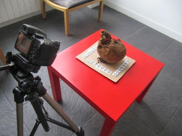 Fotografía del proceso de documentación fotogramétrica de un cráneo.
